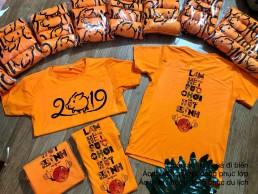 Đồng phục nhóm màu cam làm hết sức chơi hết mình